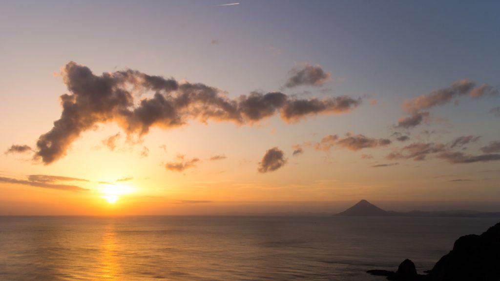 美しい開聞岳とともに夕陽の沈む雄大な海を眺められる佐多岬展望台 - - 鹿児島県南大隅町の観光、撮影スポット- -