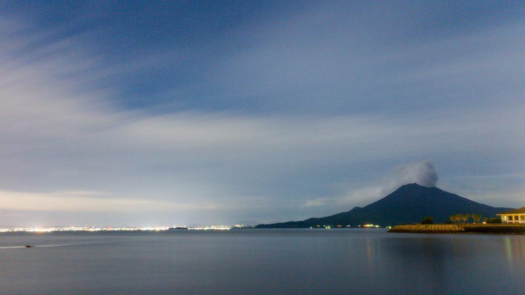 垂水港からみた夜の桜島。美しい山容と鹿児島の夜景を同時に愉しめる  - - 鹿児島県の観光、撮影スポット- -