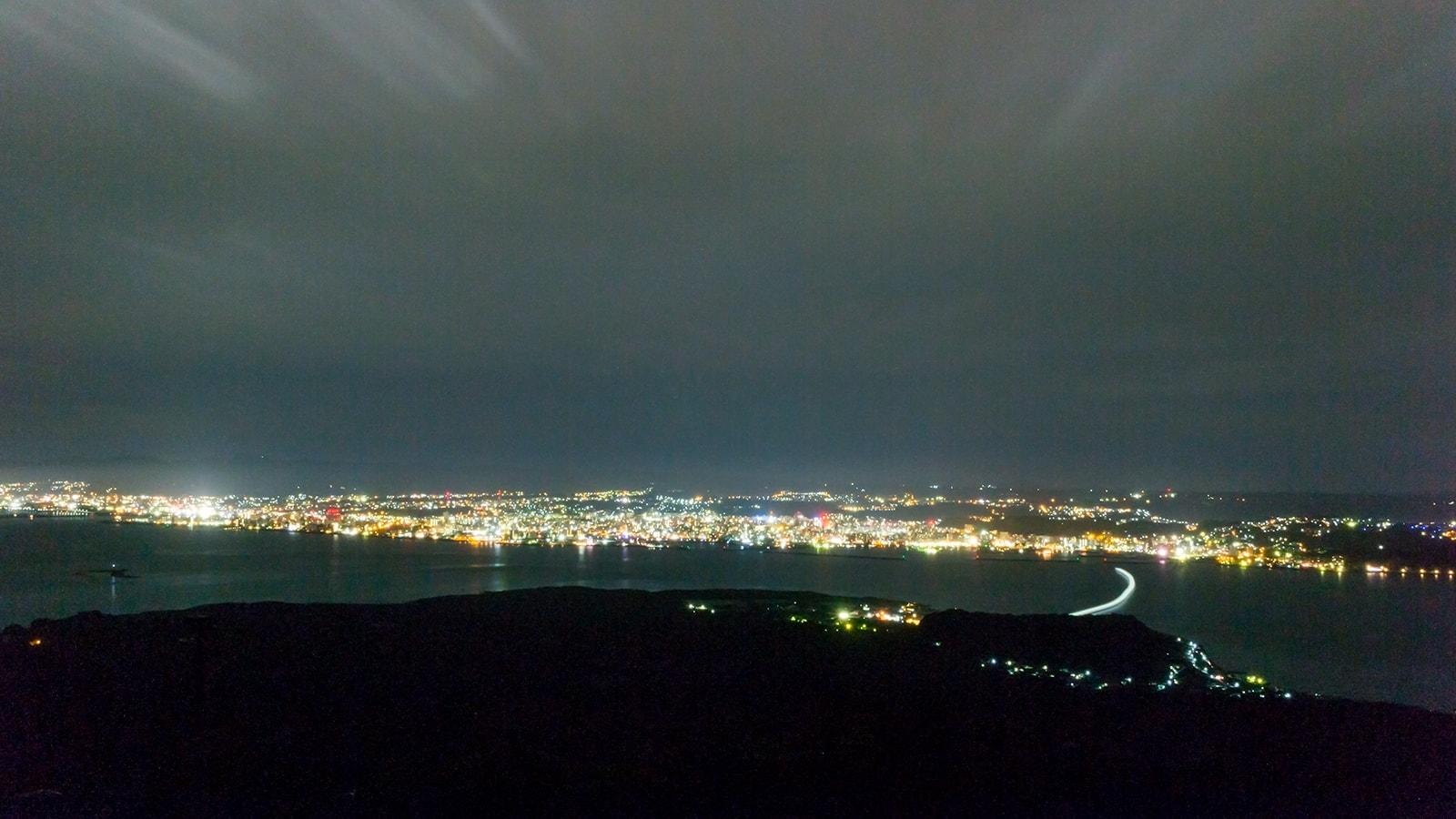 湯之平展望所から見た鹿児島湾と鹿児島市の夜景(海に掛かる光はフェリーの軌跡) - - 鹿児島県の観光、撮影スポット- -