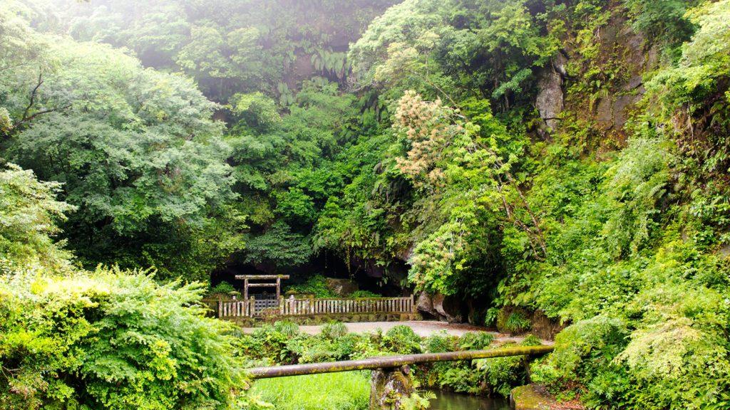 神秘的な緑に囲まれた崖下にぽっかりと口を開ける吾平山上陵 - - 鹿児島県鹿屋市の観光、撮影スポット- -
