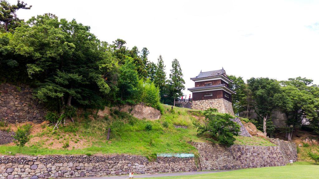 かつて尼ヶ淵のあった場所から眺める上田城址の櫓  - - 長野県の観光、撮影スポット- -