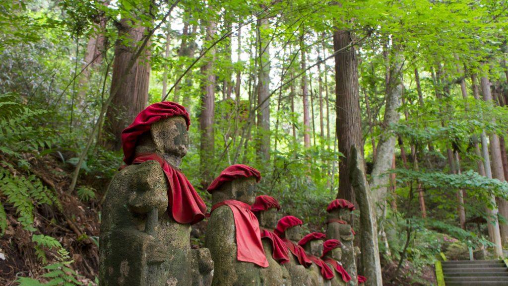上田市別所の安楽寺、八角三重塔へ向かう途中、居並ぶお地蔵さま - - 長野県の観光、撮影スポット- -