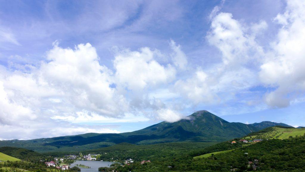 茅野市の車山方面からは白樺湖越しに美しい山容の蓼科山を愉しめる - - 長野県立科町の観光、撮影スポット- -