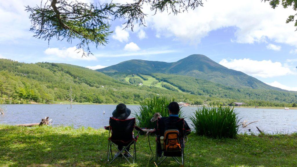 夏の酷暑には湖畔の木陰で女神湖越し女ノ神山を眺めればいかにも涼しげ - - 長野県立科町の観光、撮影スポット- -