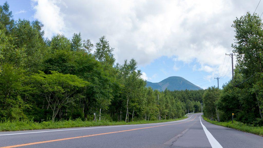 立科町北部の市街地方面から女神湖へ向かう道すがらには美しい蓼科山も望めるおすすめのドライブスポットである - - 長野県立科町の観光、撮影スポット- -