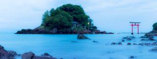 日の沈む海に浮かぶ荒平天神(鹿児島県鹿屋市の観光、撮影スポット)