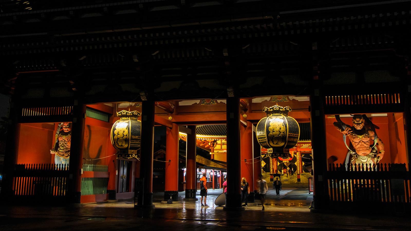 夜、闇の中で躍動感のある仁王像が存在感を増す - -東京:浅草寺- -