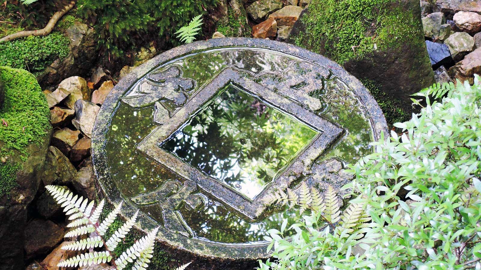 「吾唯知足(われ、ただ、たるを、しる)」のつくばい - -京都府の観光、撮影スポット:龍安寺- -