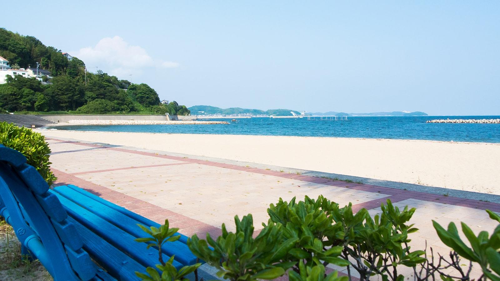 南国を感じさせる青色のベンチと白い砂浜 - -愛知県西尾市にある観光、撮影スポット- -