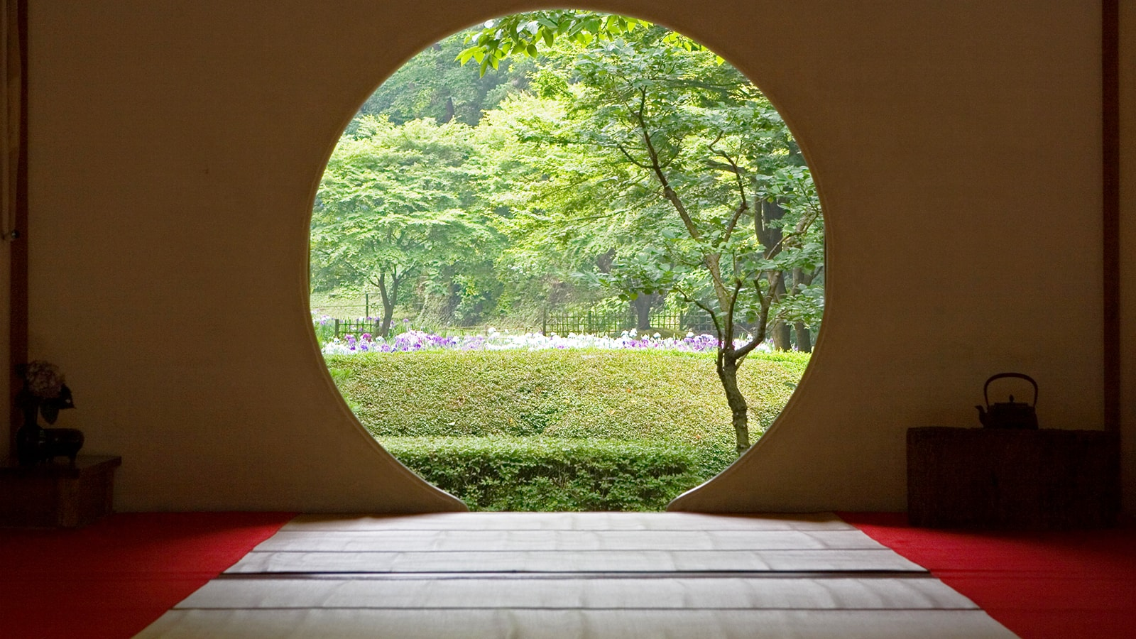 真理をあらわす丸い悟りの窓からは明月院の新緑に彩られた庭園を望める - -神奈川県鎌倉市にある観光、撮影スポット- -