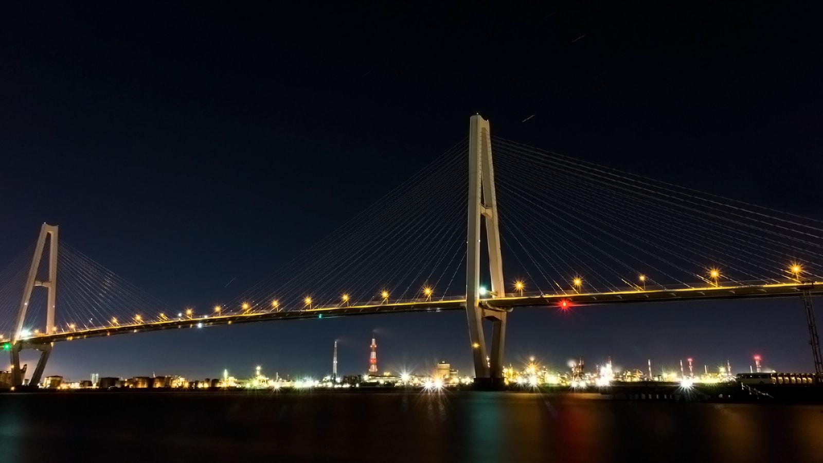 金城ふ頭周辺の名港トリトンと東海市の工場夜景を収めた写真