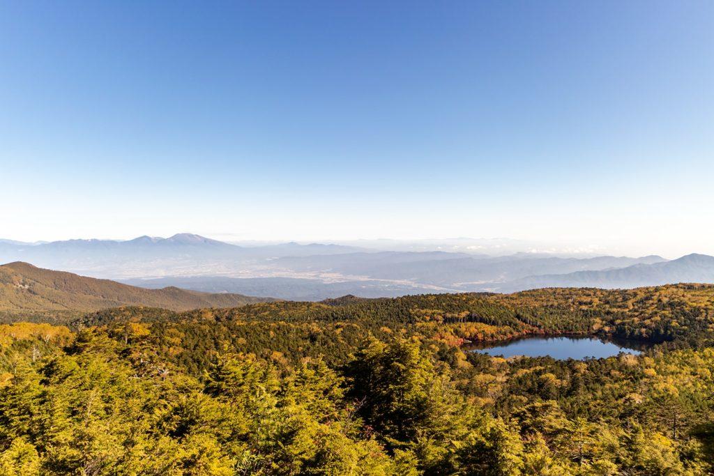 遠くには浅間山も見える高見石から白駒池を望む